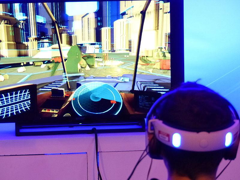 Un homme en train de jouer sur un PS VR