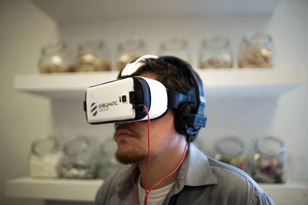 photo d'un utilisateur portant un casque VR