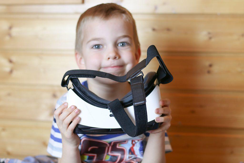 Photo d'un enfant tenant un casque VR