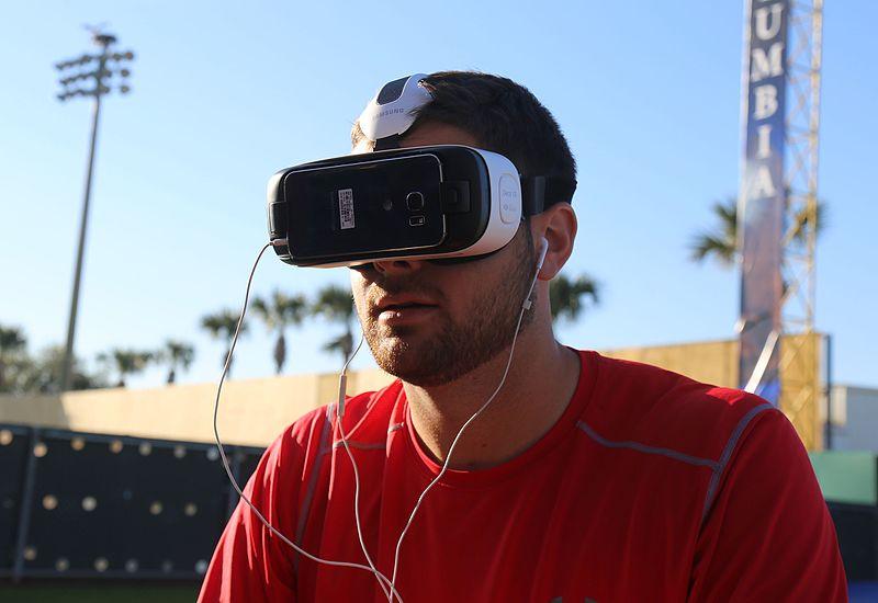 Photo d'un homme portant un casque VR