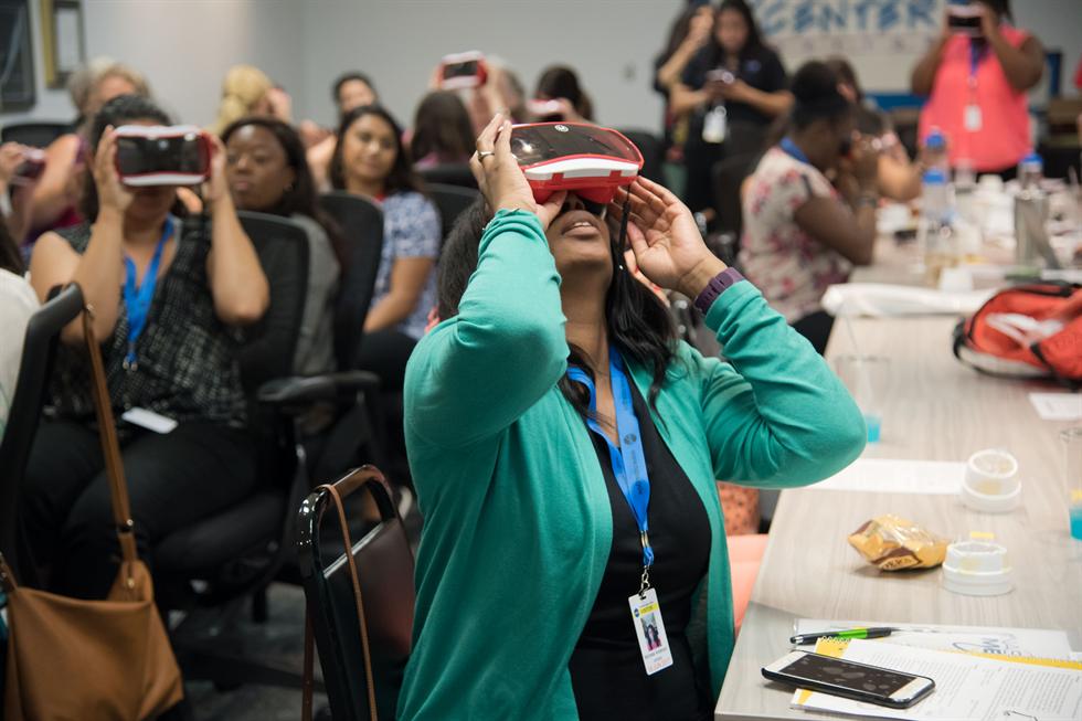 Photo d'une enseignante en train d'expérimenter la réalité virtuelle