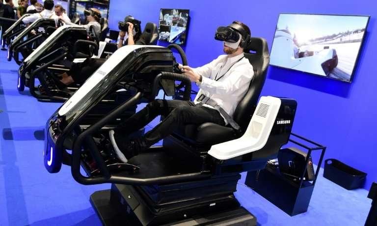 Des visiteurs testent des casques VR au salon IFA 2018 à Berlin