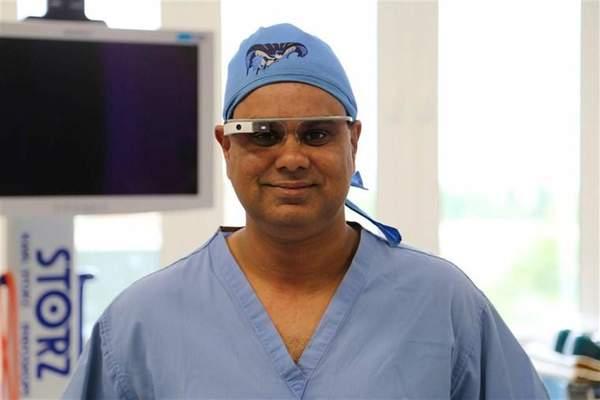 Dr Ahmed uses portant des lunettes VR