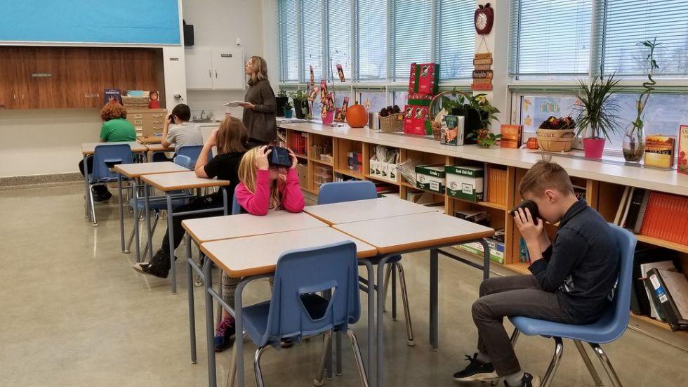 Des élèves en train d'utiliser la VR dans une salle de cours