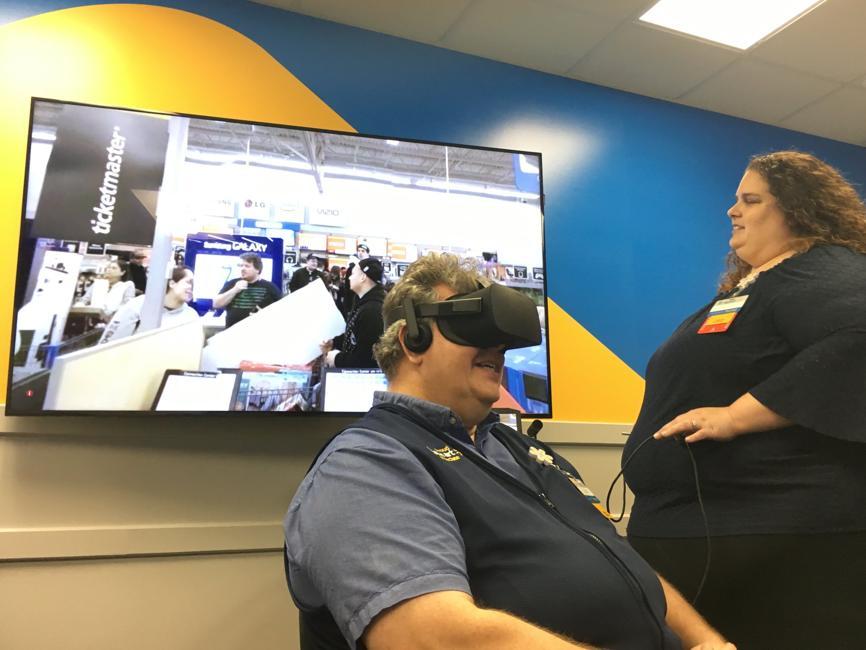 Walmart en train de former un de ses employés en utilisant la VR