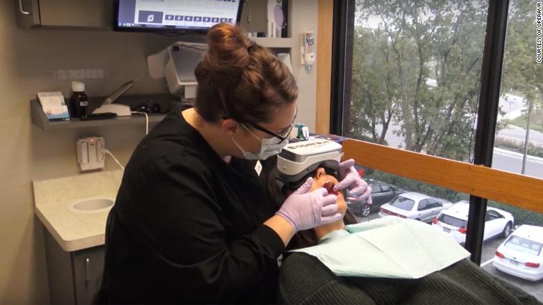 Certains cabinets dentaires proposent des services de réalité virtuelle aux patients pour les aider à se détendre.