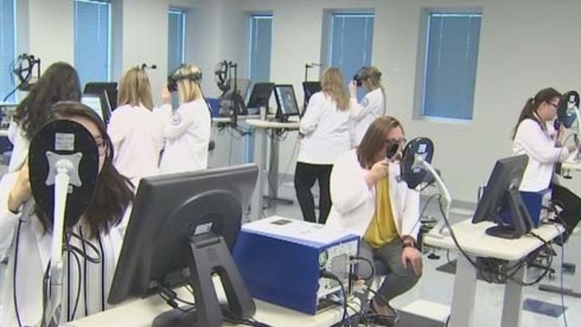 Des étudiants en médecine qui utilisent la VR
