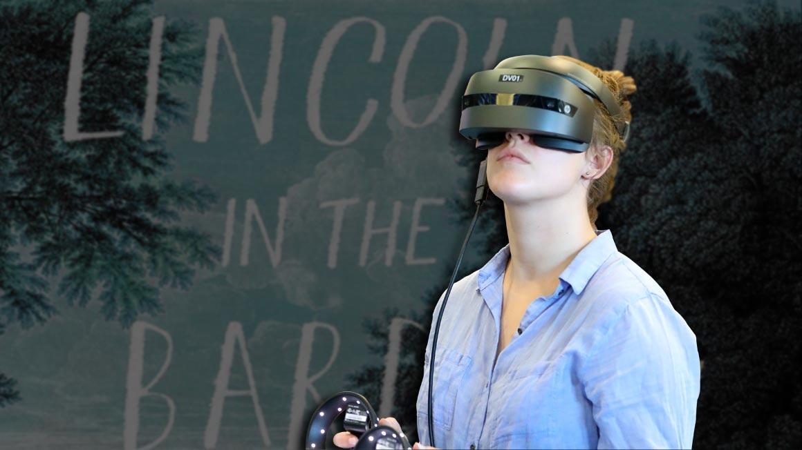 Photo d'une femme qui porte un casque VR pour étudier