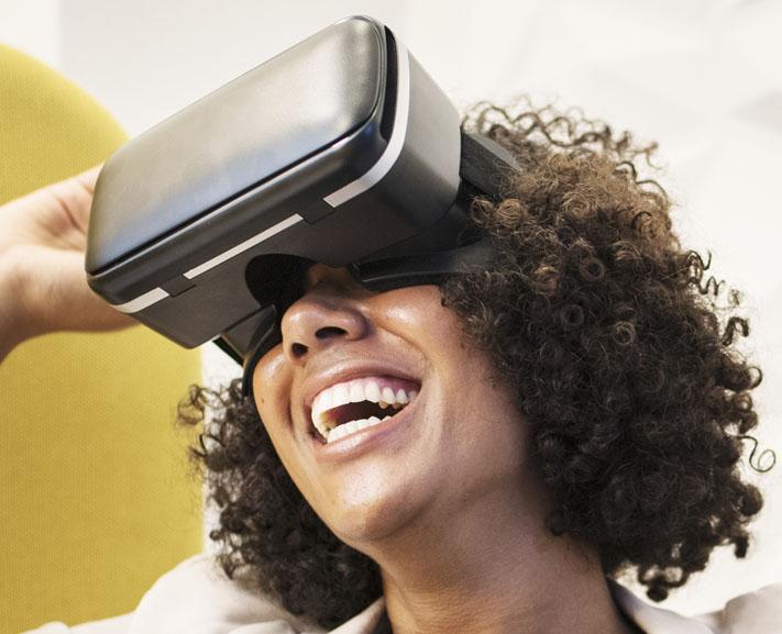 Une femme portant un casque VR