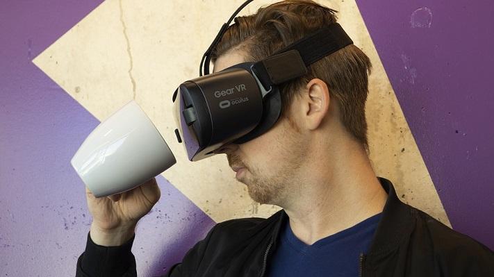 Un homme qui porte un casque Gear VR
