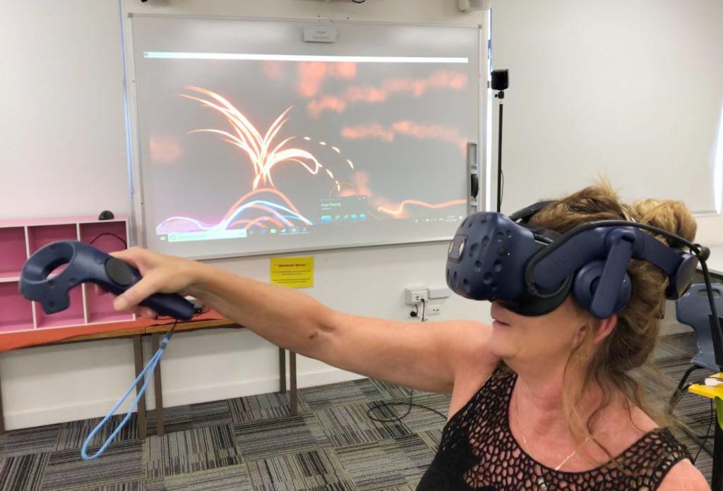 Nadene Jones, enseignante d'arts au lycée Isis, expérimente avec le matériel de réalité virtuelle prêté à l'école par la bibliothèque régionale Bundaberg.