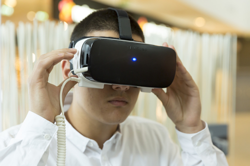 Un patient portant un casque VR