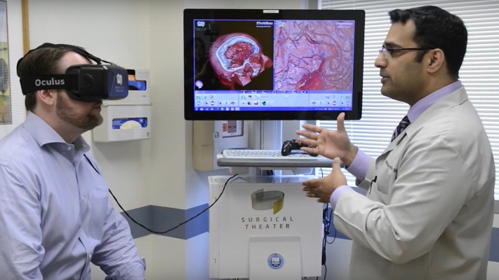 Un patient regardant un modèle de RV de son cerveau