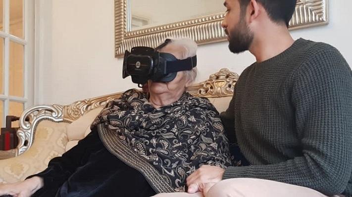 Saida-Siddiqui portant un casque VR
