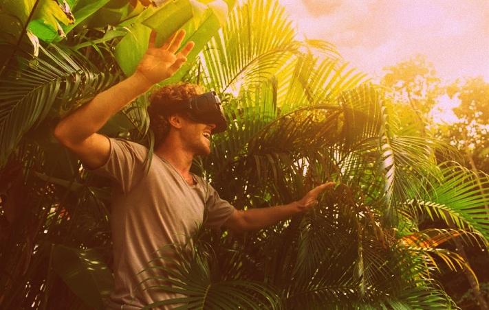 Un homme portant un casque VR dans la forêt