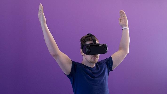 Un homme qui utilise la VR