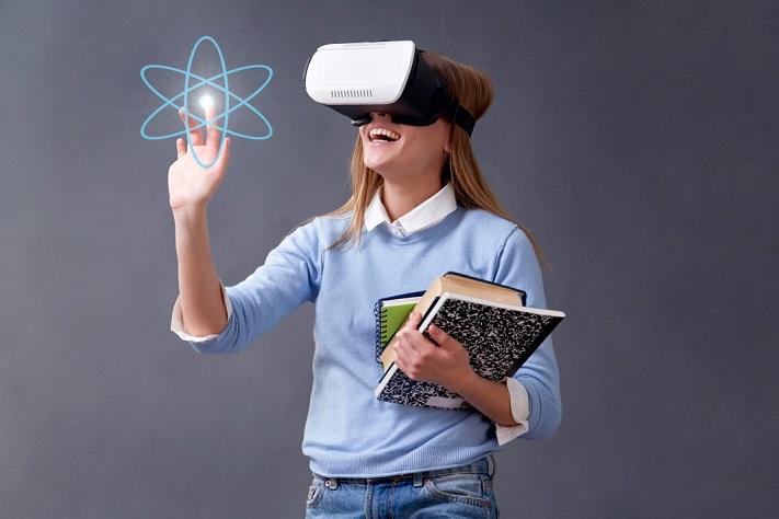 Etudiante portant un casque VR