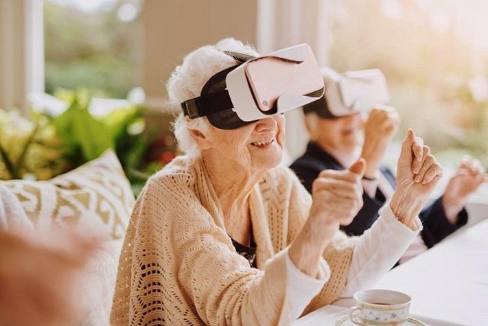 Personne agée portant un casque VR