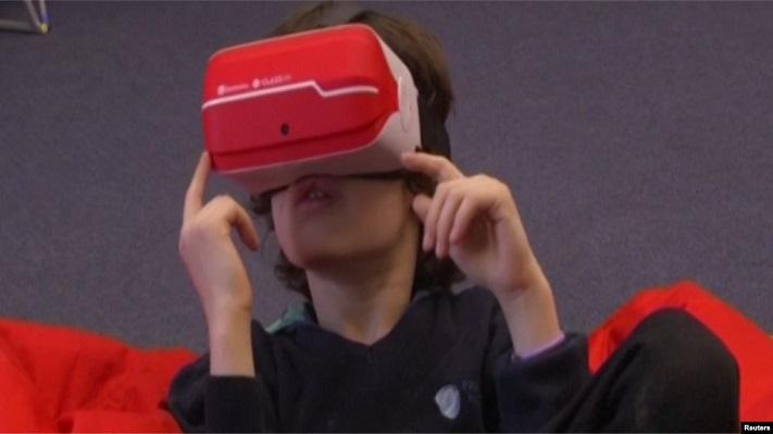 Un enfant portant un casque VR