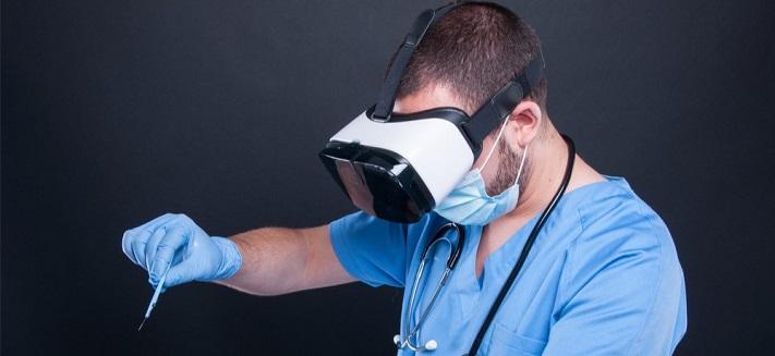 Un médecin utilisant la réalité virtuelle