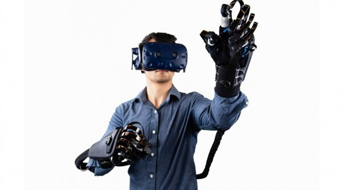un homme utilisant les gants VR