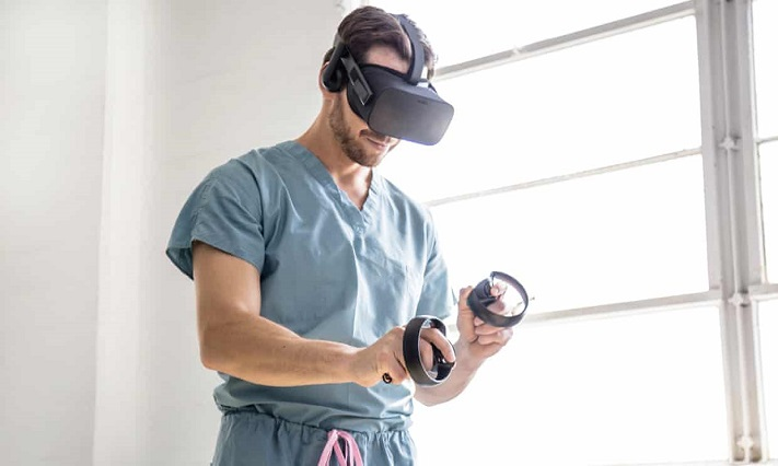Justin Barad est un chirurgien qui a fondé une société de RV pour l'enseignement médical. Photographe : Andrea LaBarge Mills/OSSO VR.