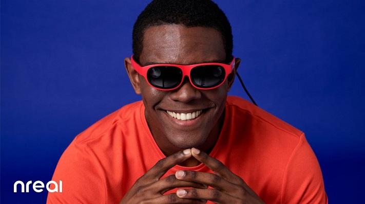 Un homme portant les lunettes Nreal Light