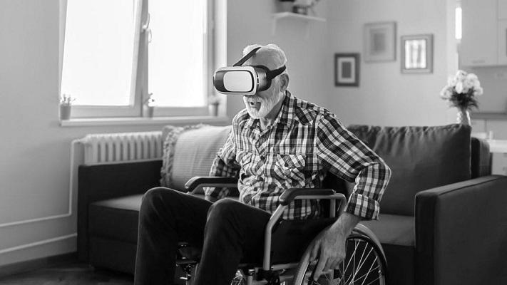 un homme âgé portant un casque VR