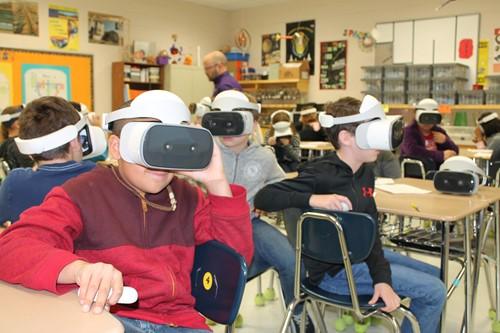 Des élèves utilisent la VR en classe
